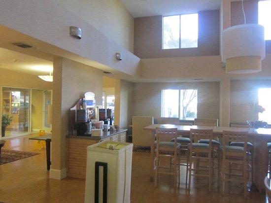 Holiday Inn Express Stockton Southeast: lobby/dining area