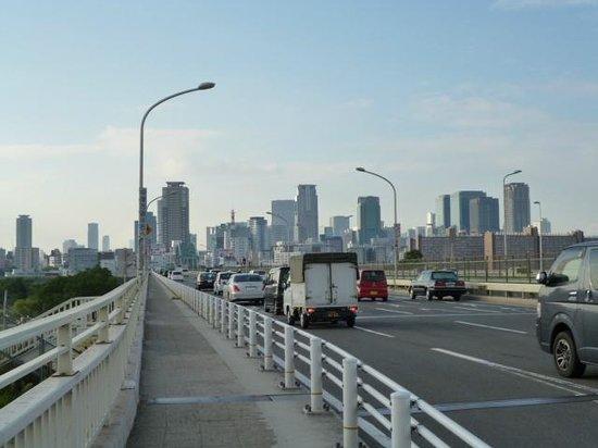 Hotel Consort: 新淀川大橋より大阪中心部を望む