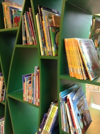 Tea Boutique Hotel : Selection of English children's books at Hangzhou Children's Library