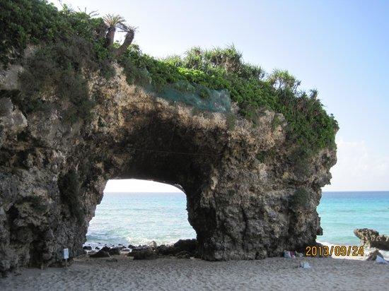 Sunayama Beach: 穴の開いたブリッジ状の岩