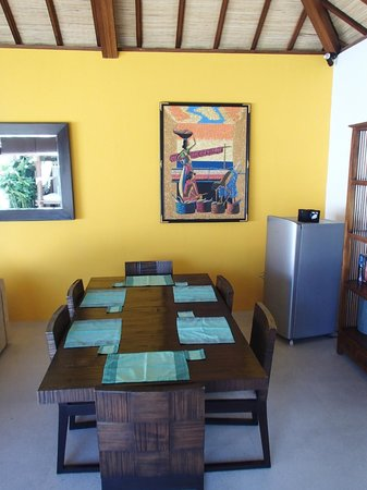 Arama Riverside Villas : 6-seater table at Dinning hall