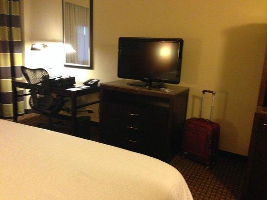 Hilton Garden Inn Denver Cherry Creek: Desk and TV