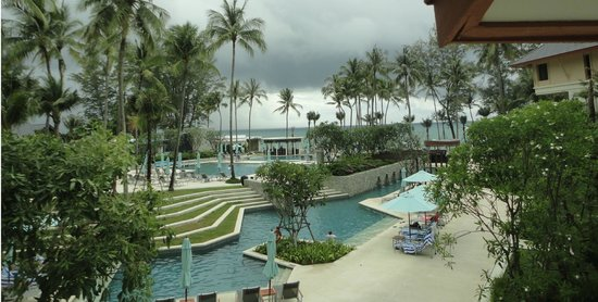 Outrigger Laguna Phuket Beach Resort : The hotel grounds. Yeah horizon curve