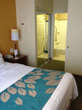 Residence Inn Fort Smith: Bathroom has private bath area