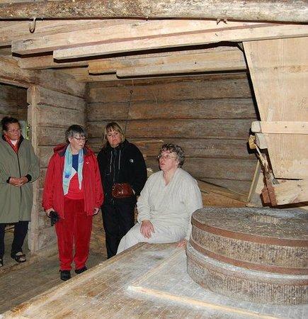 Trehorningsjo, שוודיה: Vi mal mjöl i den vattendrivna skvaltkvarnen