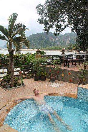 Krabi Tropical Beach Resort : Муж наслаждается джакузи