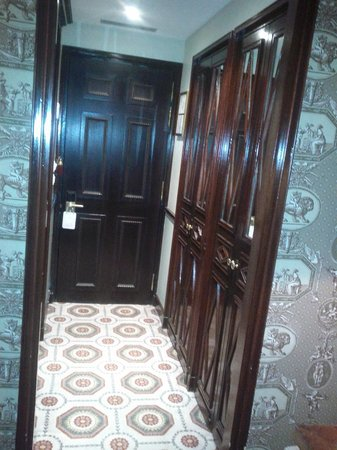 Hotel des Grands Hommes: entrance