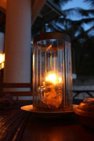 Wijaya Beach Restaurant : Lichter auf dem Tisch