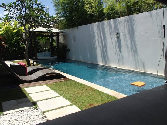 Arama Riverside Villas : Rectangle narrow pool. Next to wall is security house.