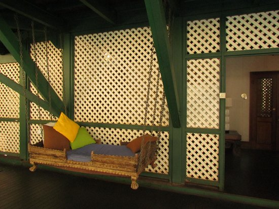 Pinctada McAlpine House: Bali lounging bed near the pool