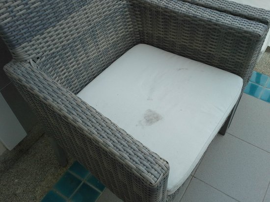 Cape Panwa Hotel: Outdoor furniture dirty
