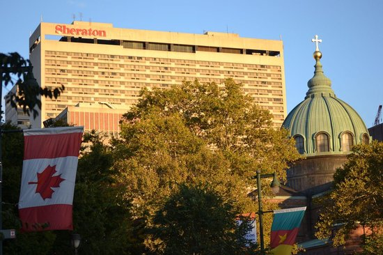 Sheraton Philadelphia Downtown Hotel: View of hotel and Cathedral