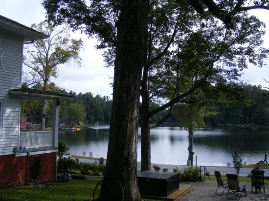 Mountain Lake Cottages: Main house view of lake