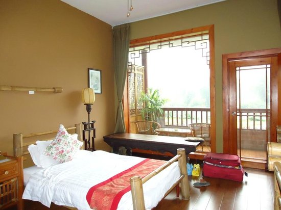 Yangshuo Mountain Retreat: Room with private balcony.