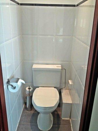 Chelton Hotel: toilet room