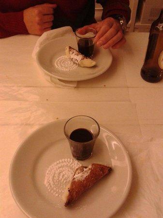Mondo Mediterraneo: Sabroso cannoli de postre y licor de Módica