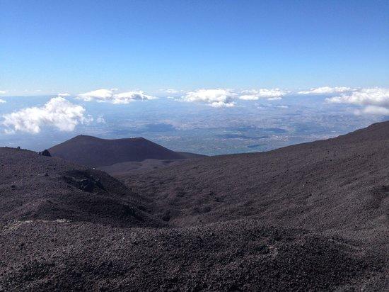 Monte Etna: Scories avec un cratère en fond