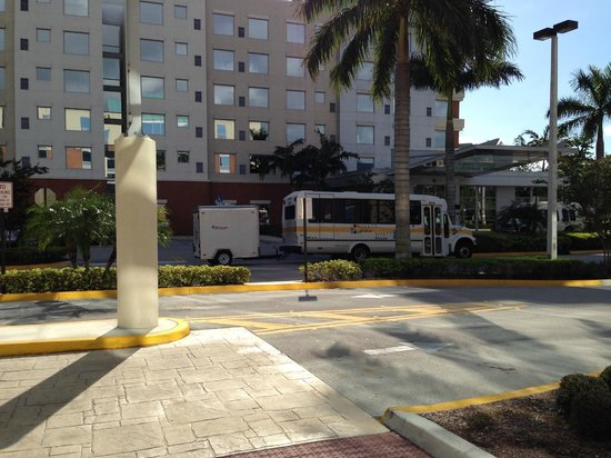 Hyatt Place Ft. Lauderdale Airport & Cruise Port: Opposite is Hyatt House with the shuttle bus to airport