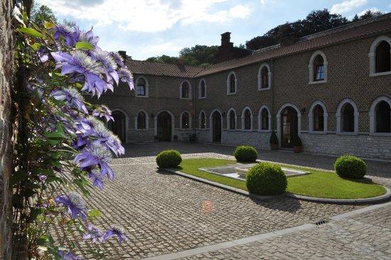 Hotel - Ferme du Chateau d'Ahin: Vue de la courre intérieure