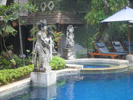 Putu Bali Villa and Spa: Pool side adornments