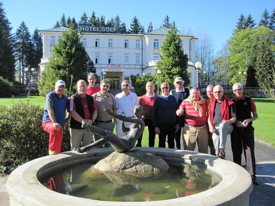 Parkhotel Golf: Die Golfer vor dem Hotel