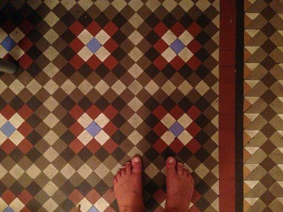 Blue Hostel Barcelona: Golvet i vårt rum