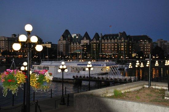 Coast Victoria Hotel & Marina by APA: Victoria di notte