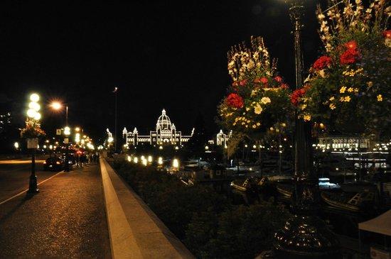 Coast Victoria Harbourside Hotel & Marina: Victoria di  notte