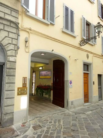 Residence La Contessina: Front of hotel on VIA FAENZA (Little to show it is the hotel)