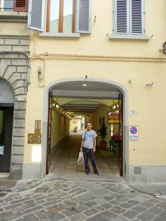 Residence La Contessina: Front entrance to Hotel on Via Faenza