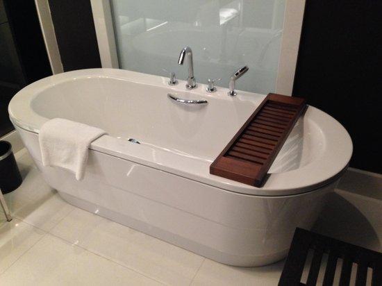 Le Meridien Istanbul Etiler: Great bathtub!