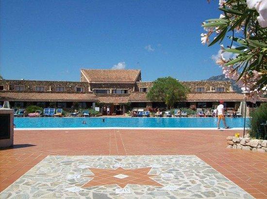 Pierre & Vacances Residence Nuraghe: piscina antistante corpo centrale