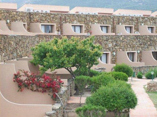 Pierre & Vacances Residence Nuraghe: panoramica piani terra giardino e primi piani terrazzo