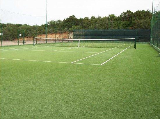 Pierre & Vacances Residence Nuraghe: uno di due campi da tennis