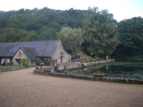 Les Moulins du Duc : bâtiment principal et étangt