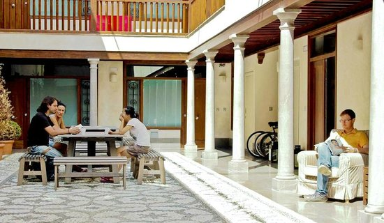 Granada Inn Backpackers: Patio
