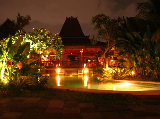 Kampung Cenik: pool at night view to lobby
