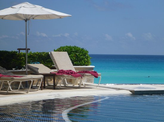 Sandos Cancun Luxury Resort: Looking to sea from lower pool