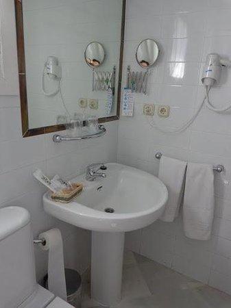 Hotel Abril: Baño