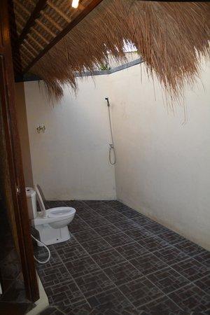 Brothers Bungalows Balangan: Балийская ванная без крыши