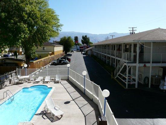 Motel 6 Bishop: Piscina y vista del motel