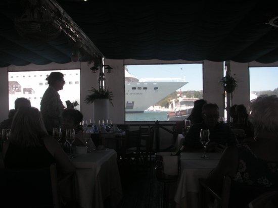 La Minerva: Tarima flotante en el puerto