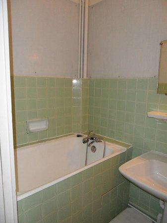 Hotel Les Fontaines: salle de bain et la douche - baignoire
