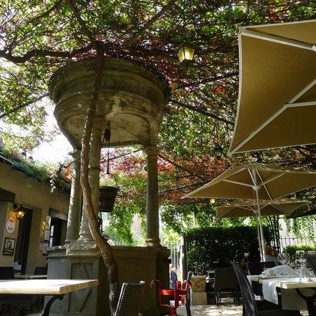 Restaurant Comte Roger: jolie terrasse