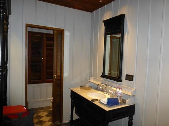 Burasari Heritage : spacious bathroom and complimentary toileteries