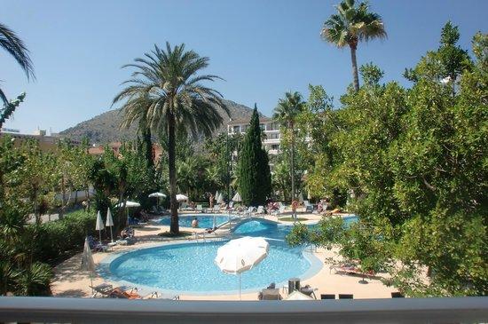 Hotel JS Sol de Alcudia: Blick aus unserem Zimmer zum Pool