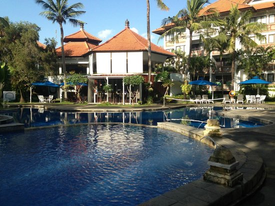 Prime Plaza Suites Sanur - Bali (Formerly Sanur Paradise Plaza Suites): Main pool looking to poolside bar and restaurant