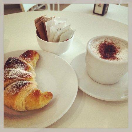 Gelateria Figo: Colazione con cappuccino e brioches appena sfornate!