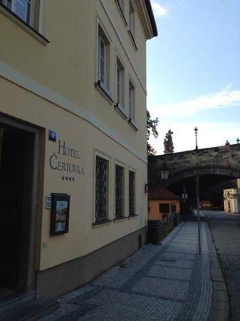 Certovka Hotel: вход в отель и Карлов мост