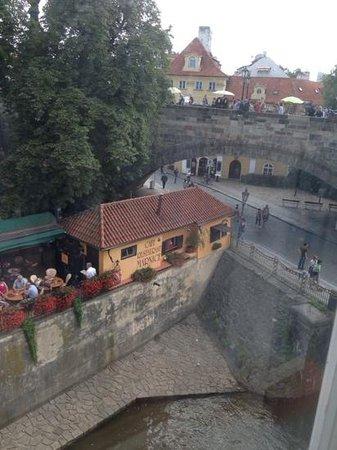 Certovka Hotel: вид из номера 3го этажа! Река Чертовка и Карлов мост